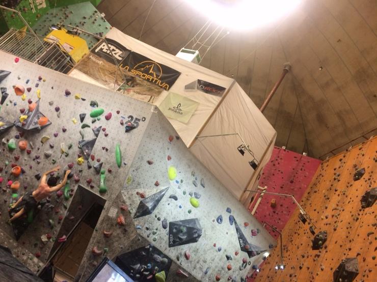 Den grå väggen nedtill är en boulderingvägg, bakom dessa syns en rosa och en orange - dessa två är till för topprepsklättring (och kräver alltså att någon säkrar dig genom sele och rep).