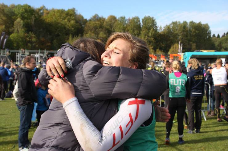 Trött tjej. Stolt mamma. En kram som betydde så mycket.