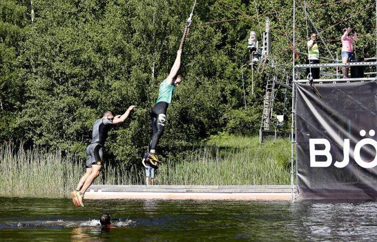 Fantastiskt roligt hinder i slutet av banan - väl i vattnet mycket lättad över att det inte val lika kallt som förra året!